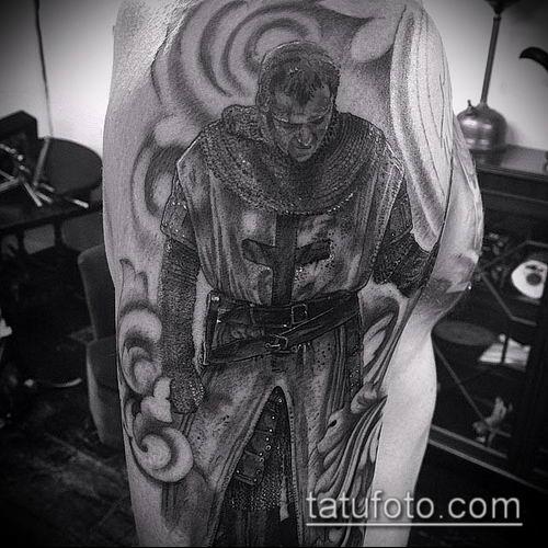 тату рыцарь №584 - крутой вариант рисунка, который удачно можно использовать для переработки и нанесения как тату рыцарь на колене