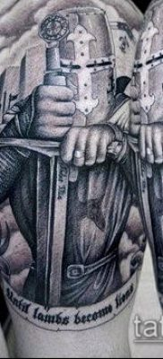 тату рыцарь №232 – достойный вариант рисунка, который хорошо можно использовать для доработки и нанесения как тату рыцарей на ноге