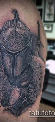 тату рыцарь №911 – уникальный вариант рисунка, который успешно можно использовать для доработки и нанесения как татуировка рыцарь на плече