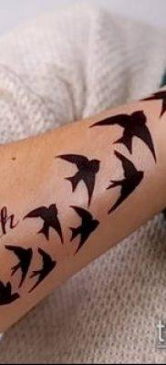 тату стая птиц №711 – эксклюзивный вариант рисунка, который легко можно использовать для переделки и нанесения как тату стая птиц на руке