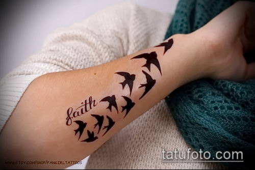 тату стая птиц №711 - эксклюзивный вариант рисунка, который легко можно использовать для переделки и нанесения как тату стая птиц на руке