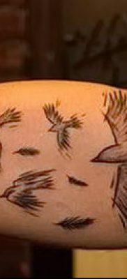 тату стая птиц №389 – достойный вариант рисунка, который легко можно использовать для доработки и нанесения как тату стая птиц в небе