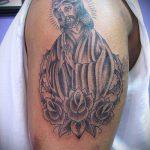 Фото тату Иисуса Христа №957 - уникальный вариант рисунка, который успешно можно использовать для преобразования и нанесения как тату иисуса христа за столом