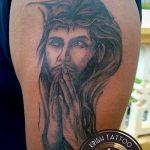 Фото тату Иисуса Христа №374 - прикольный вариант рисунка, который хорошо можно использовать для переделки и нанесения как тату иисуса христа за столом