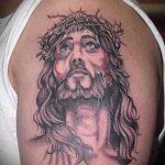 Фото тату Иисуса Христа №782 - уникальный вариант рисунка, который удачно можно использовать для переделки и нанесения как тату иисуса христа за столом