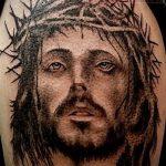 Фото тату Иисуса Христа №221 - интересный вариант рисунка, который удачно можно использовать для переработки и нанесения как тату иисуса христа на груди