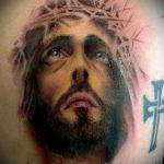 Фото тату Иисуса Христа №553 - классный вариант рисунка, который легко можно использовать для переделки и нанесения как тату иисуса христа за столом