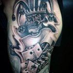 Фото тату игральные кости №576 - крутой вариант рисунка, который удачно можно использовать для преобразования и нанесения как тату игровые кости на руке