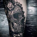 Фото тату игральные кости №301 - достойный вариант рисунка, который легко можно использовать для переделки и нанесения как тату игровые кости на руке