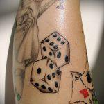 Фото тату игральные кости №293 - прикольный вариант рисунка, который легко можно использовать для переделки и нанесения как тату игровые кости на руке