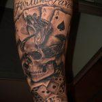Фото тату игральные кости №849 - крутой вариант рисунка, который успешно можно использовать для доработки и нанесения как тату игральные кости и карты
