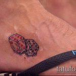 Фото тату игральные кости №583 - крутой вариант рисунка, который легко можно использовать для преобразования и нанесения как тату игральные кости на запястье