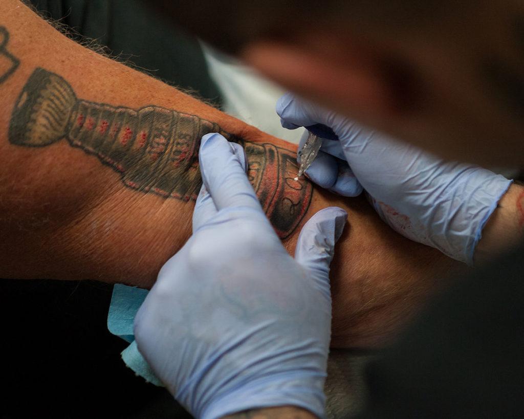Американский сантехник сделал тату в надежде на будущую победу хоккейной команды Чикаго Блюкхокс - фото