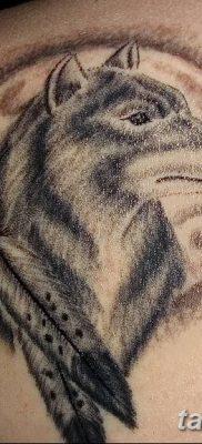 Фото тату волк и перо от 21.09.2018 №056 – tattoo wolf and feather – tatufoto.com