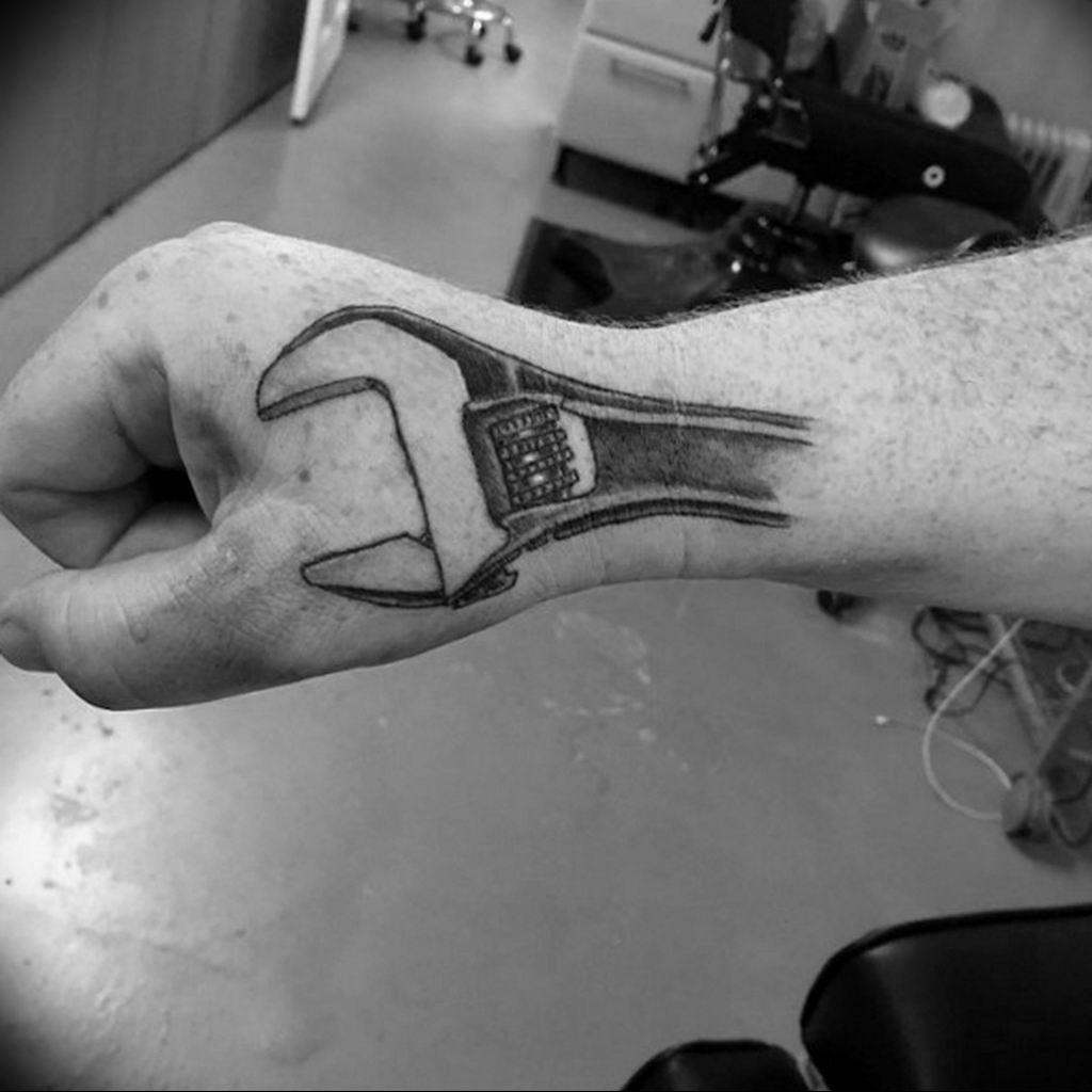 Фото тату гаечный ключ 21.08.2019 №012 - tattoo wrench - tatufoto.com