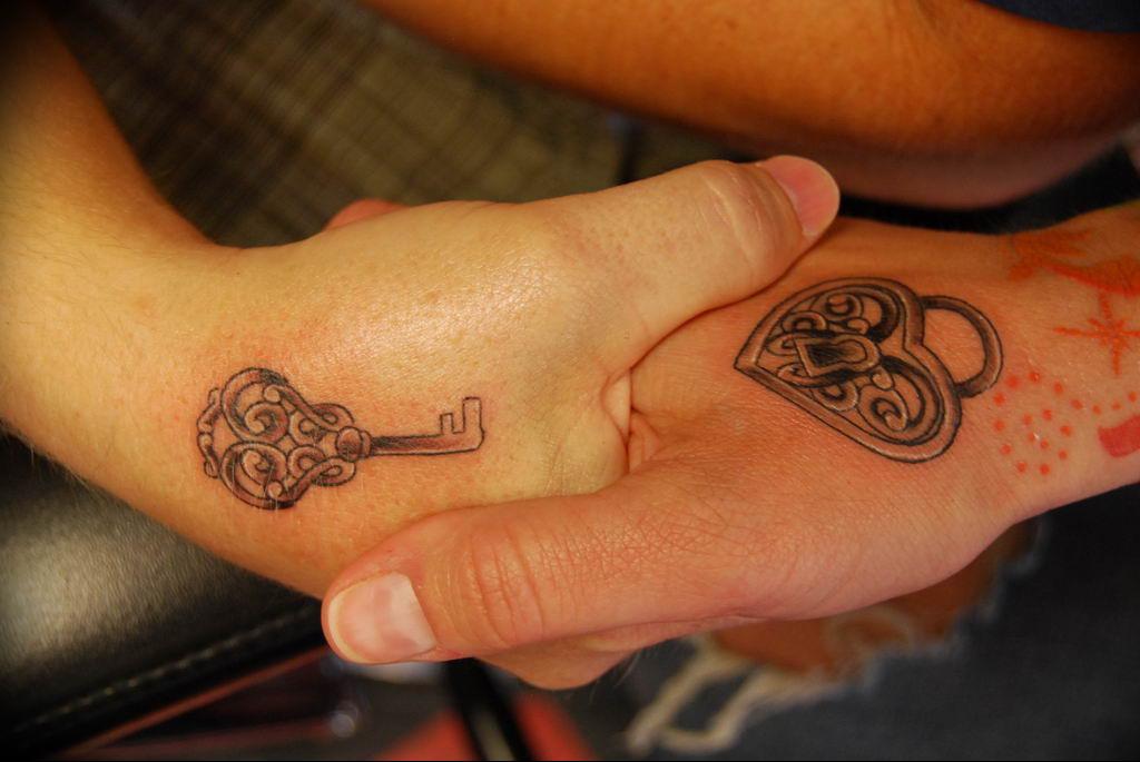 Фото тату замок и ключ 21.08.2019 №017 - tattoo lock and key - tatufoto.com