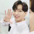 Чонгук (Jungkook) из группы BTS в аэропорту показал новую тату на руке (сентябрь 2019) - фото 1