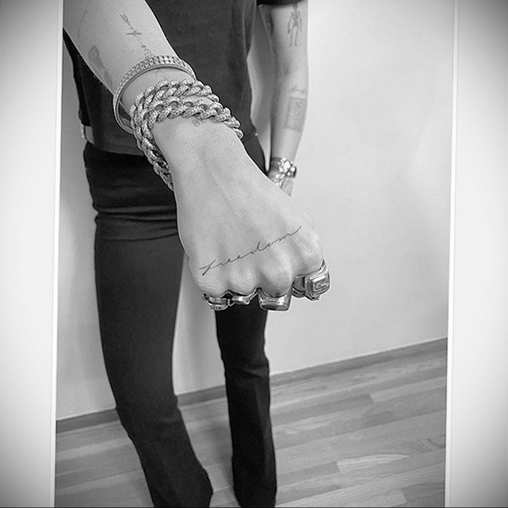 Новая татуировка Майли Сайрус с надписью свобода на правой руке по поводу развода с Лиамом Хемсвортом - фото 2