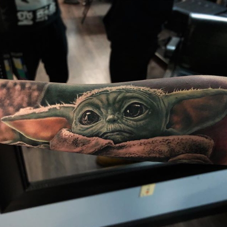 Фото пример татуировки с персонажем Бэйби Йода (Baby Yoda) из сериала Мандалорец - фото 1