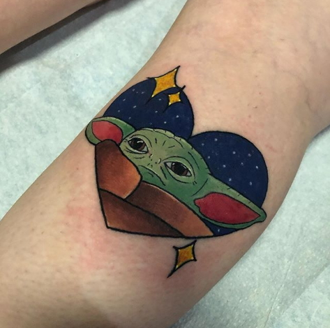 Фото пример татуировки с персонажем Бэйби Йода (Baby Yoda) из сериала Мандалорец - фото 13