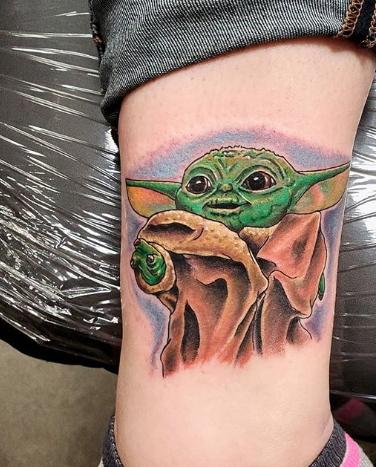 Фото пример татуировки с персонажем Бэйби Йода (Baby Yoda) из сериала Мандалорец - фото 28