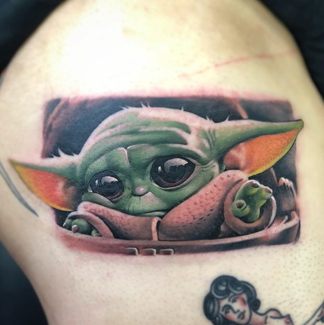 Фото пример татуировки с персонажем Бэйби Йода (Baby Yoda) из сериала Мандалорец - фото 30