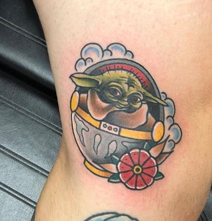 Фото пример татуировки с персонажем Бэйби Йода (Baby Yoda) из сериала Мандалорец - фото 33
