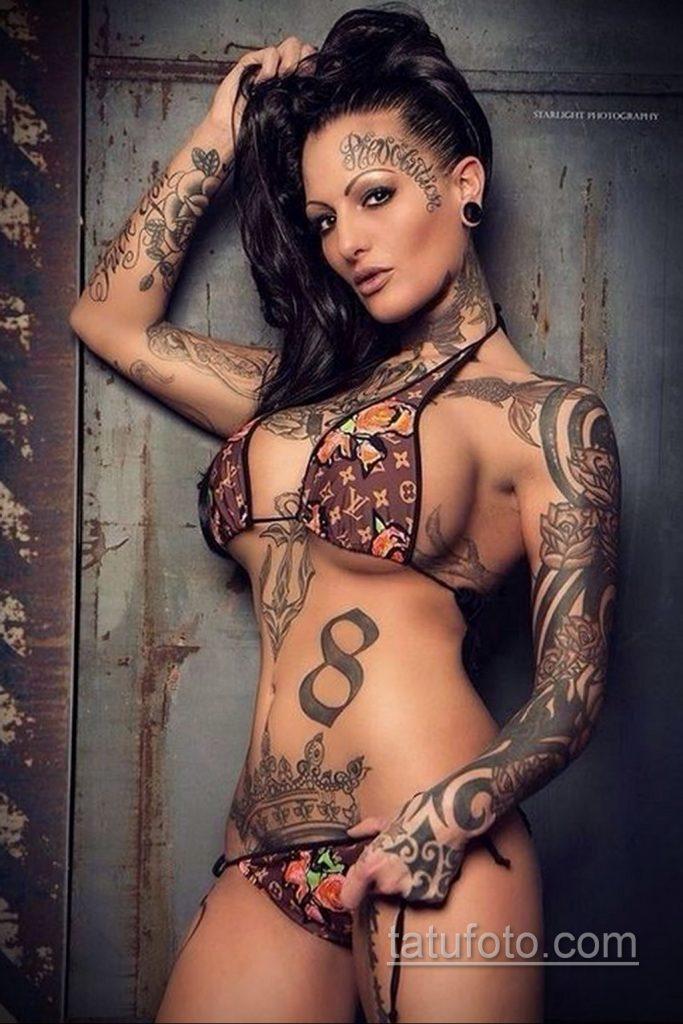 девушка с силиконовой грудью и татуировками - фото
