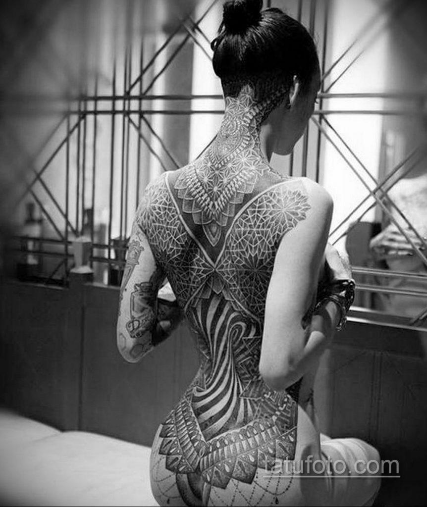 девушка хочет татуировку - фото