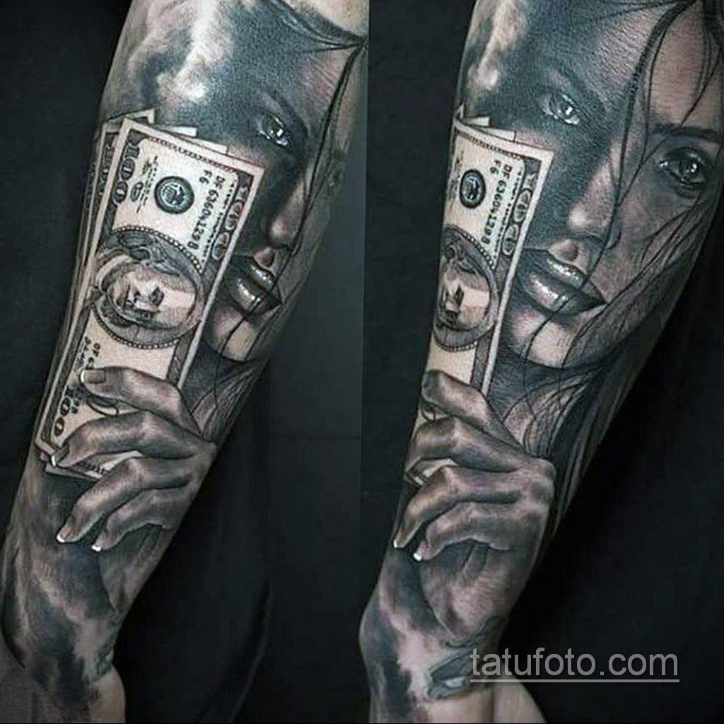 татуированный человек с деньгами