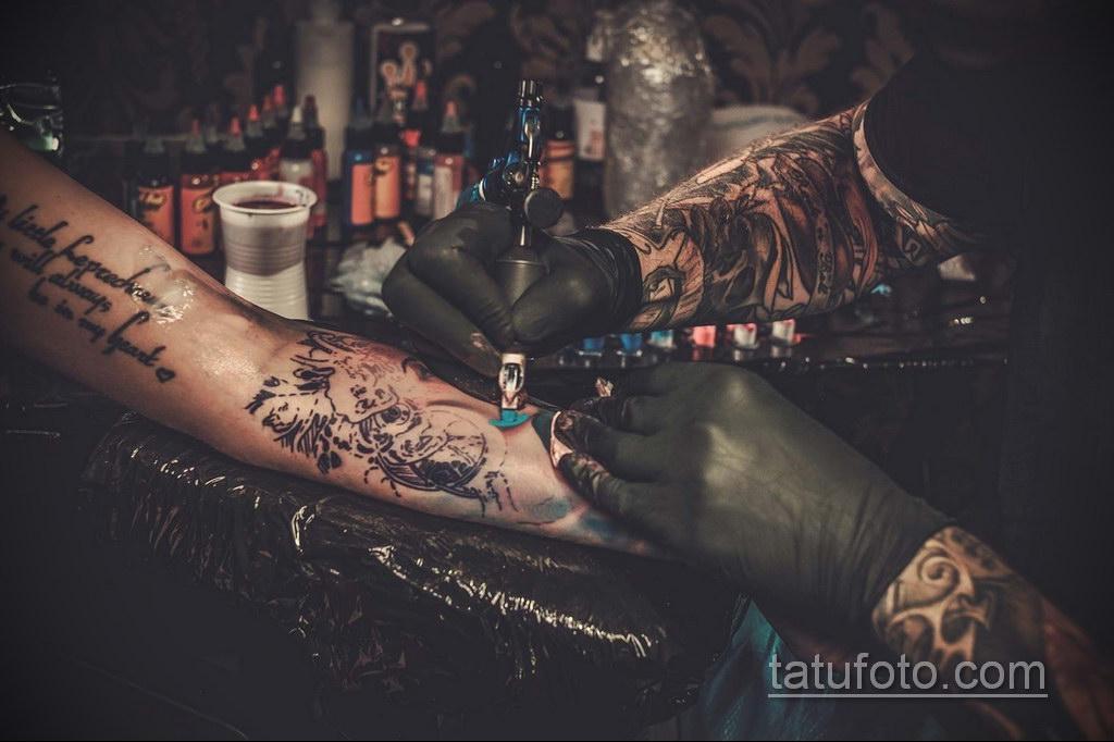человек выбирает татуировку - фото 1
