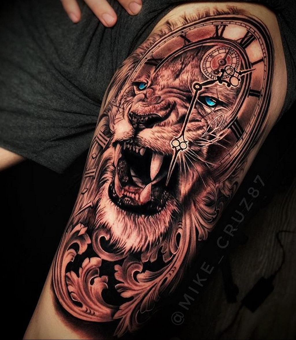 Большая тату на руке с часами и мордой льва у которого голубые глаза – tatufoto.com