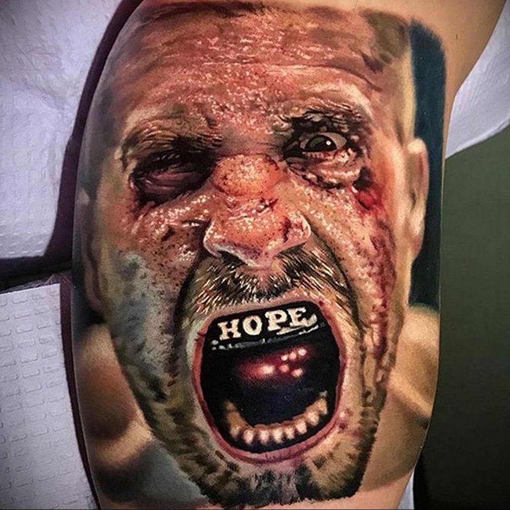 Великолепная татуировка в стиле реализм с портретом боксера у которого капа в руках и избитое лицо – tatufoto.com