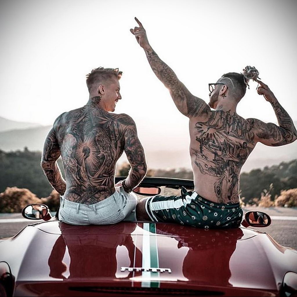 Два парня с телами в тату сидят на багажнике красного автомобиля– 08.01.2020 - tatufoto.com