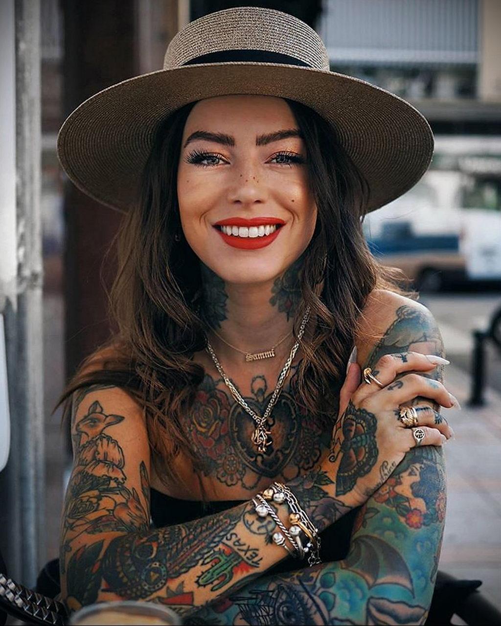 Девушка с татуировками и в шляпе сидит за столиком в кафе – 08.01.2020 - tatufoto.com