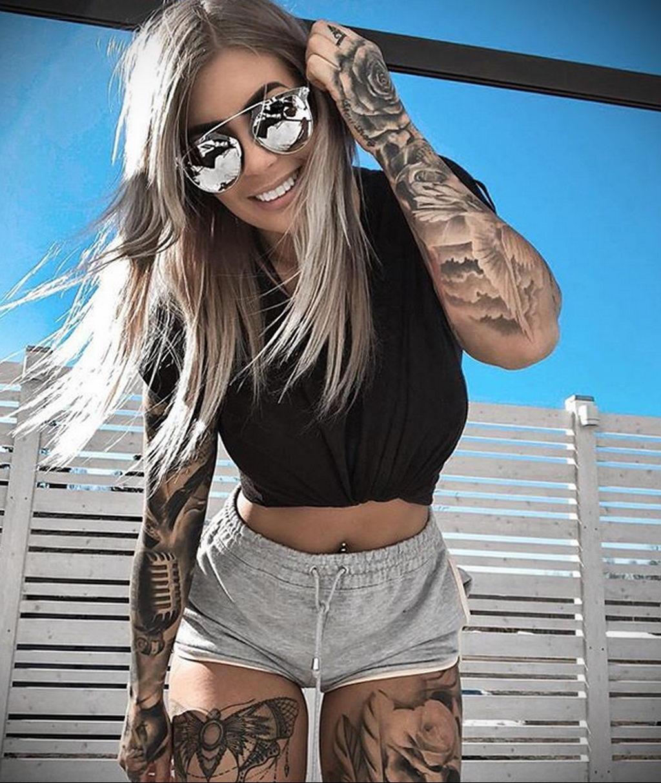 Красивая блондинка с татуировками в коротких шортах наклонилась и позирует фотографу – 08.01.2020 - tatufoto.com