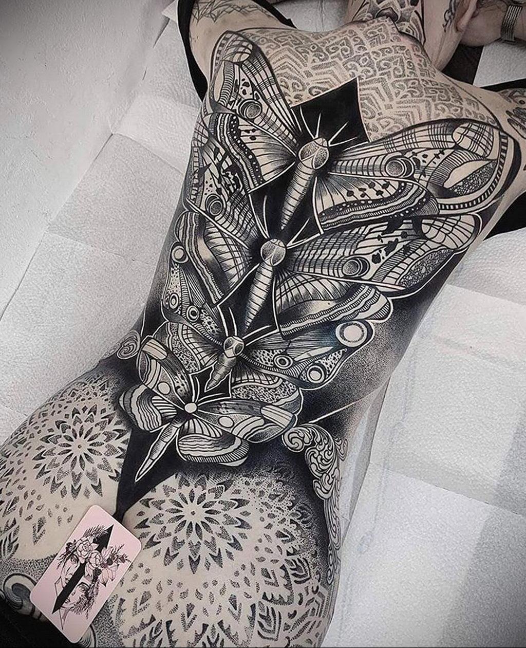 Красивы тату в стиле дотворк на спине и попе девушки – tatufoto.com