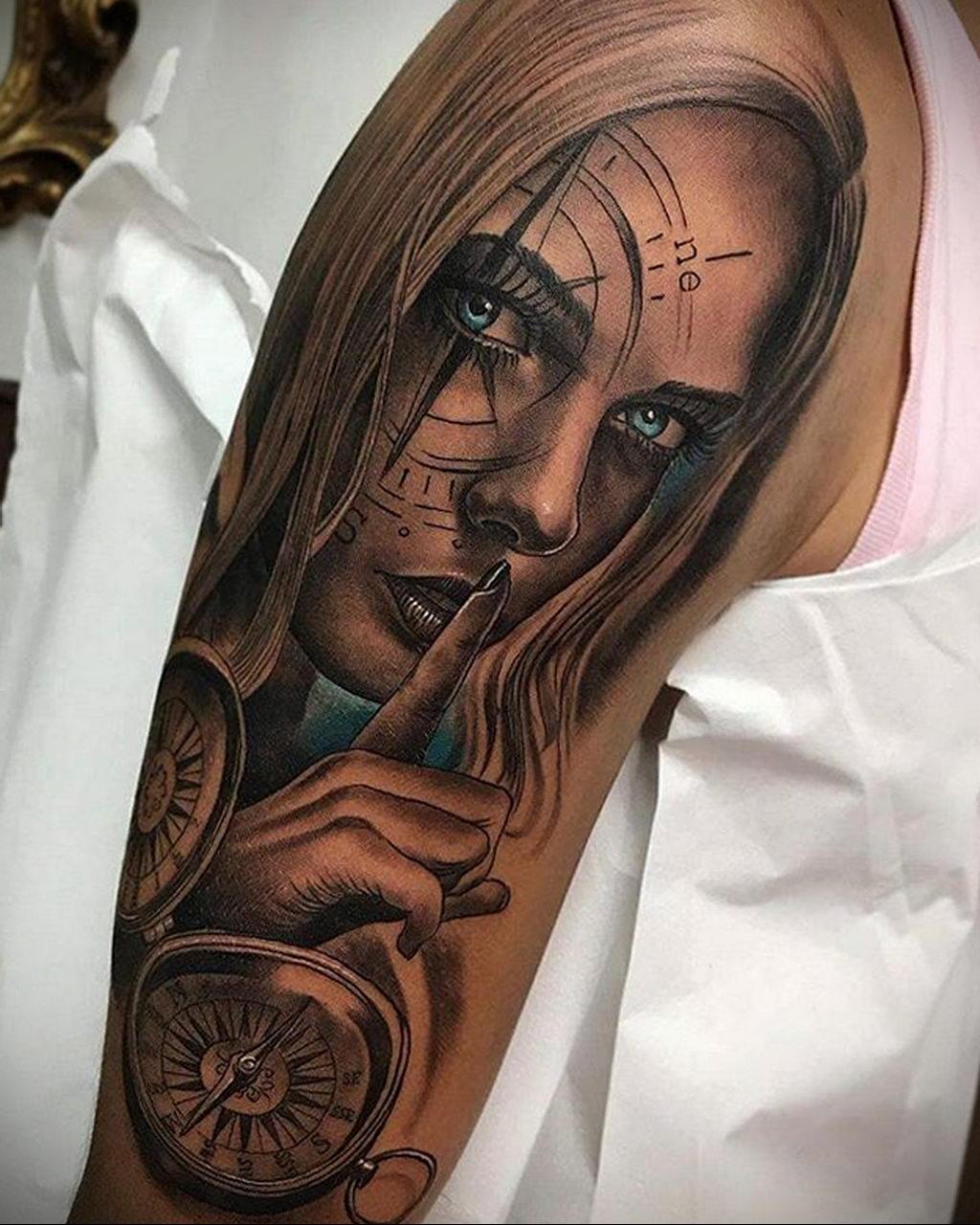 Реалистичная тату компасом и лицом девушки у которой голубые глаза – tatufoto.com