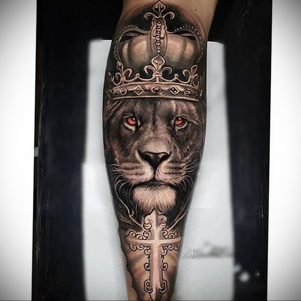 Тату лев в короне и крест – в тату у льва желтые – цветные глаза – tatufoto.com