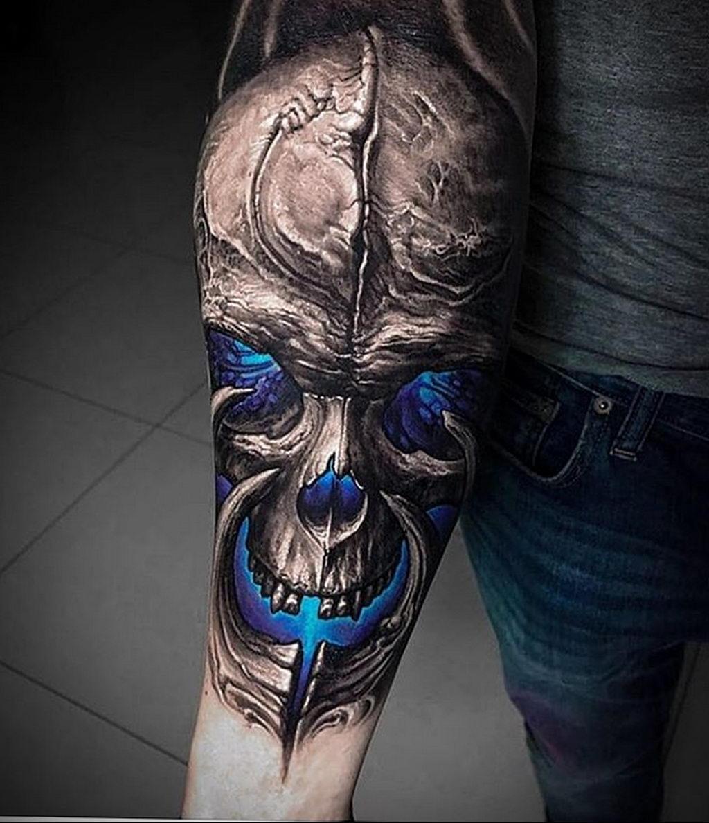 Тату череп в стиле реализм который светится голубым светом – tatufoto.com