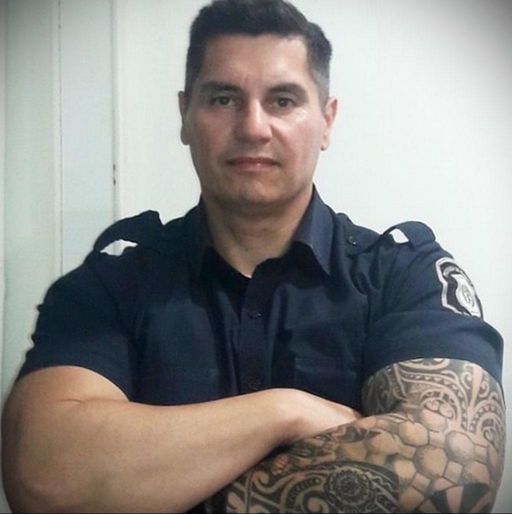 Фото действующего сотрудника полиции в форме с татуировками на теле для tatufoto.com 13