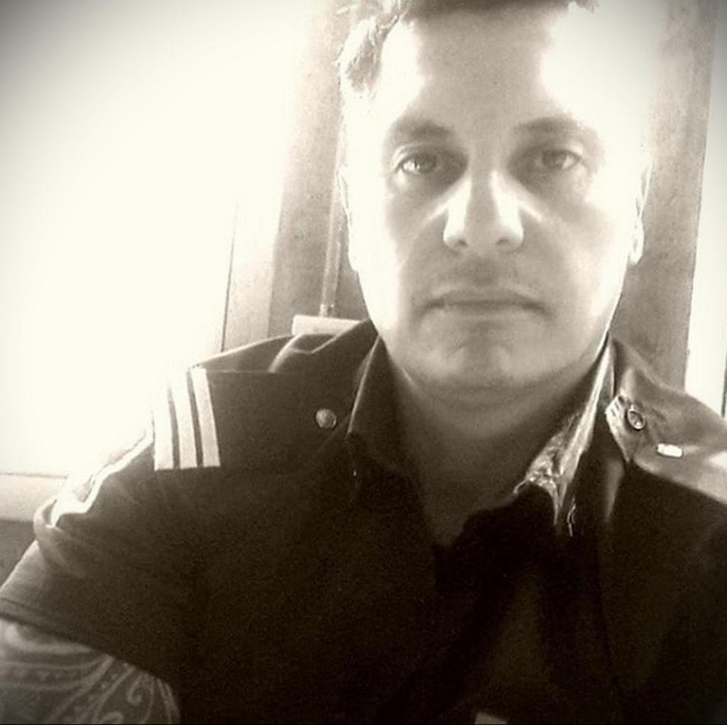 Фото действующего сотрудника полиции в форме с татуировками на теле для tatufoto.com 16