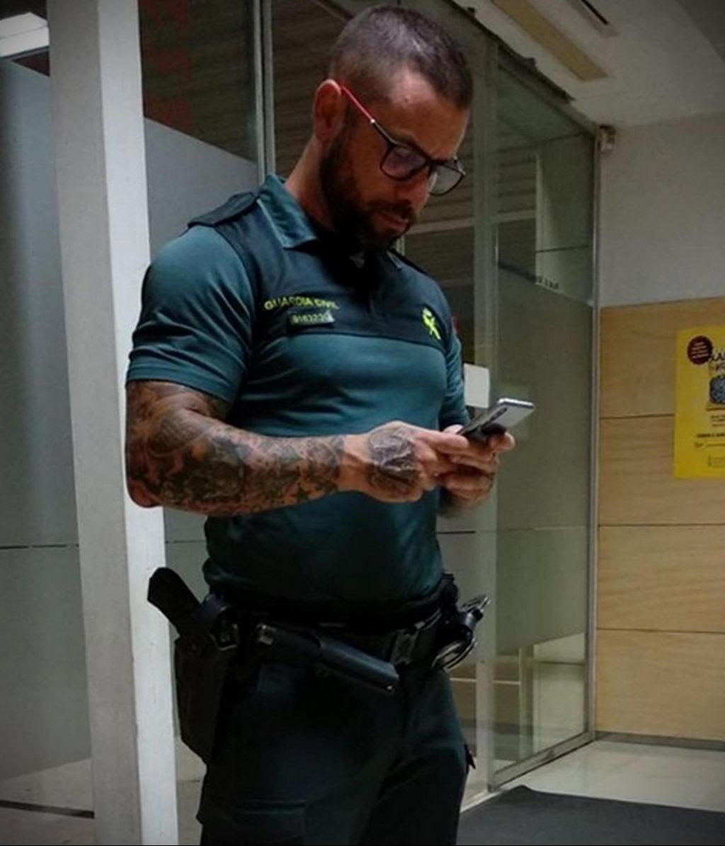 Фото действующего сотрудника полиции в форме с татуировками на теле для tatufoto.com 17