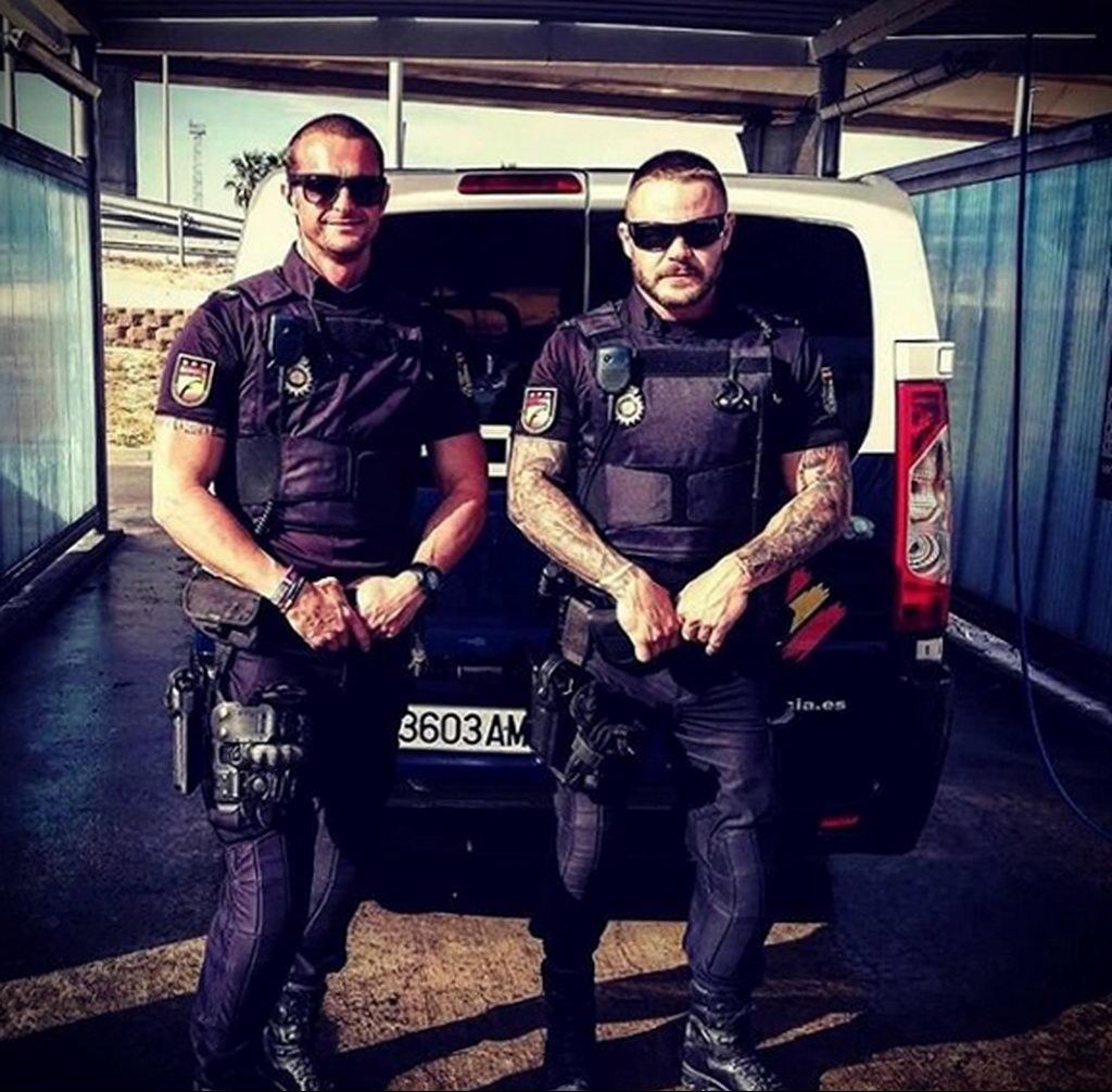Фото действующего сотрудника полиции в форме с татуировками на теле для tatufoto.com 19