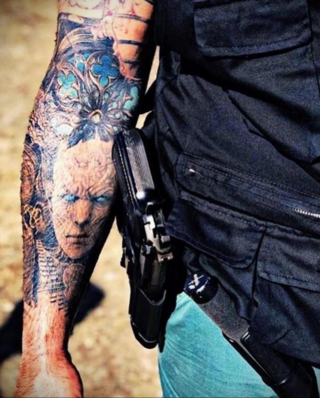 Фото действующего сотрудника полиции в форме с татуировками на теле для tatufoto.com 23