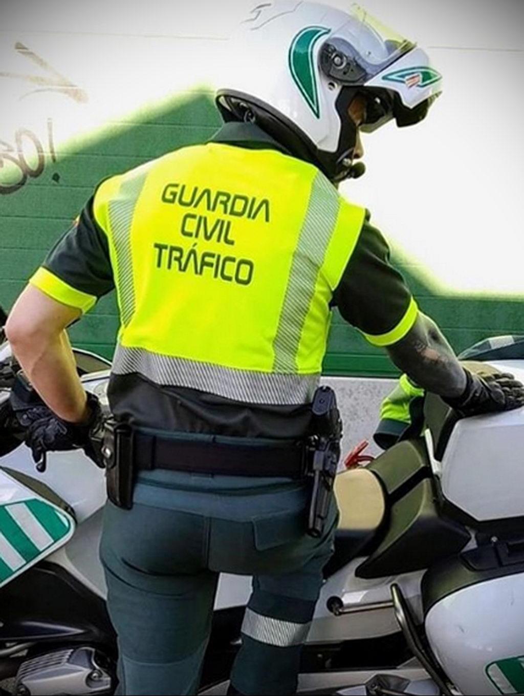 Фото действующего сотрудника полиции в форме с татуировками на теле для tatufoto.com 25