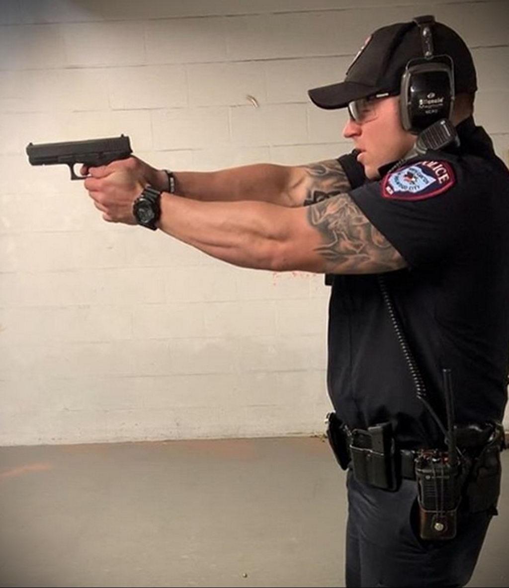 Фото действующего сотрудника полиции в форме с татуировками на теле для tatufoto.com 26