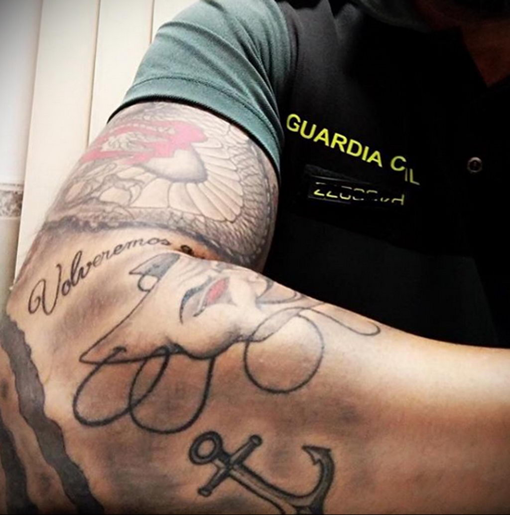 Фото действующего сотрудника полиции в форме с татуировками на теле для tatufoto.com 4