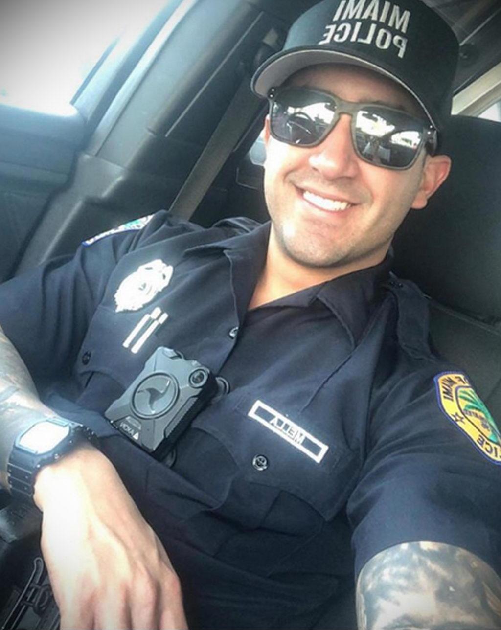 Фото действующего сотрудника полиции в форме с татуировками на теле для tatufoto.com 40
