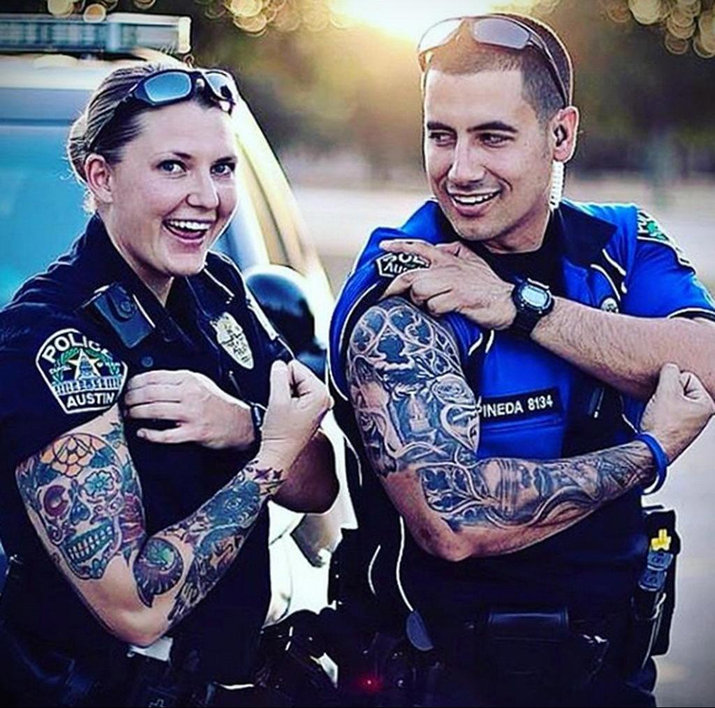 Фото действующего сотрудника полиции в форме с татуировками на теле для tatufoto.com 42